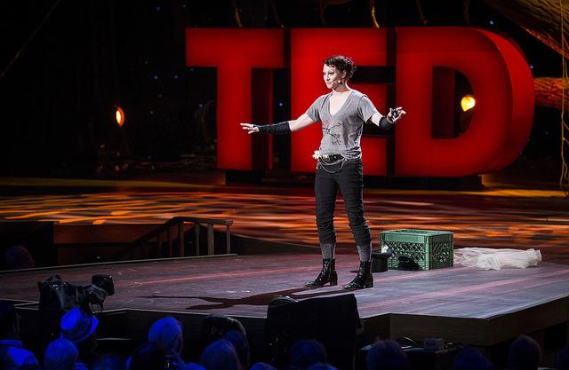 Amanda Palmer durante su conferencia en TED, 2013